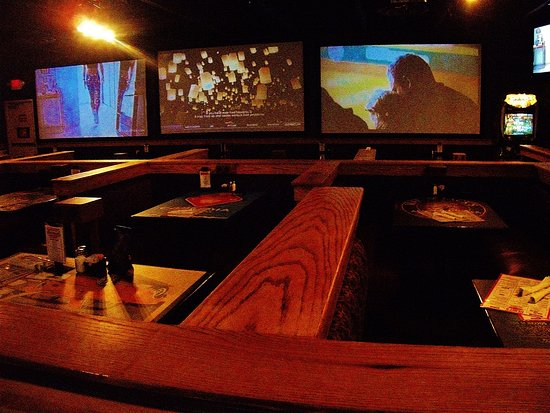 Gresham, OR: booths and big screens on far wall