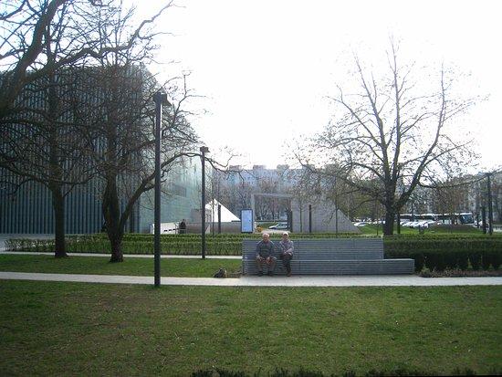 Jewish Ghetto Memorial : Surrounds