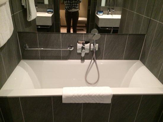 Hilton Vienna Plaza: Zimmer Im 4ten Stock  Tolles Badezimmer! Mit Dusche  Und Badewanne