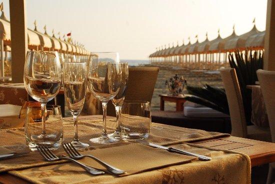 Tavolo apparecchiato per la cena in veranda - Picture of Bagno ...