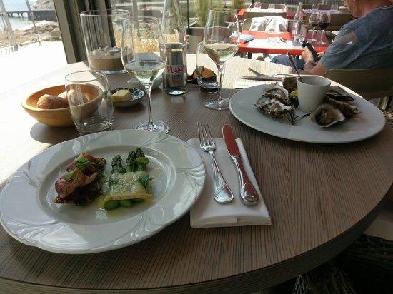 Restaurant De La Vallee : Entrée, asperges vertes avec sa tomme fondue, biscuit de céréales et viandes séchées