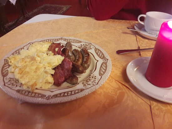 Hotel Kranenturm: The warm breakfast: sausages, bacn and scrambled eggs