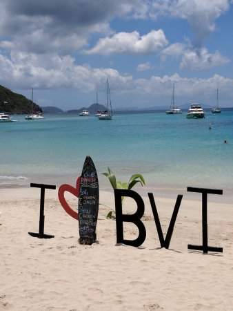 Paradise Club Sports Bar and Grille: beach in front of the Paradise Club Cane Garden Bay, Tortola