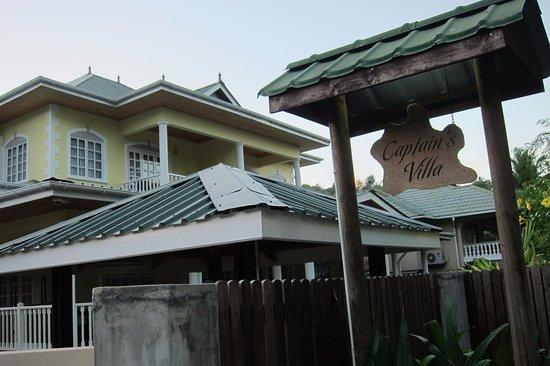 Captain's Villa: L'entrée avec le bâtiment principal