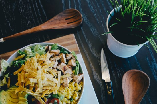 Grandville, Μίσιγκαν: CoreLife Eatery Southwest Grilled Chicken and Wild Rice Grain Bowl