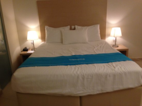The Island Hotel: Biggest bed we have ever seen