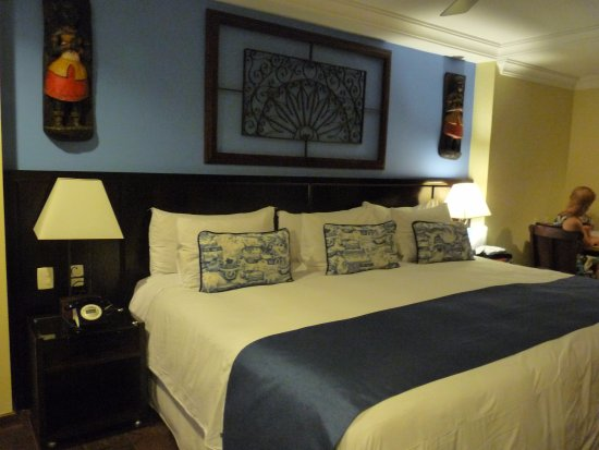 Hotel Casa do Amarelindo: a lovely king-size bed in a very cozy room. Sooo comfortable!