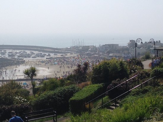 Lyme Regis, UK: Overlooking the beach and harbour