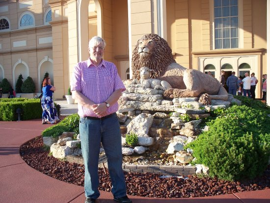 Branson, MO: Me (on left) next to the lion and the lamb near a palatial entrance