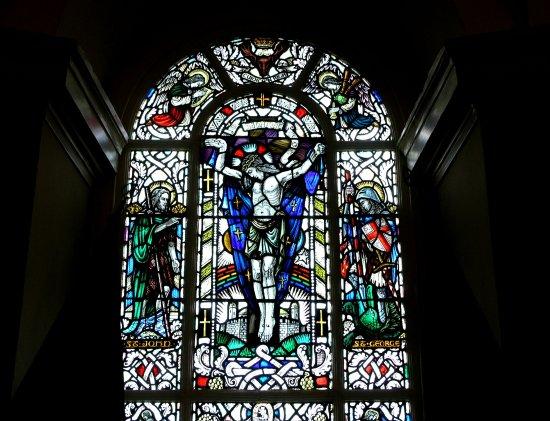 Ardersier, UK: Vetrata nella chiesa. In alto a dx l'unico angelo che suona la cornamusa!