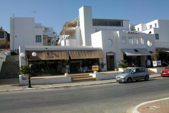 Apladas Apartments: set fra gaden