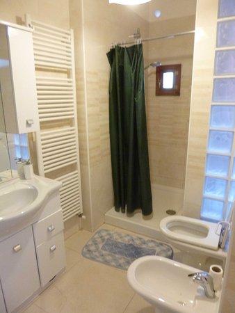 Bed & Breakfast Exclusive: Common bathroom 2
