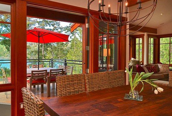 Garden Bay, Kanada: Three-bedroom villa living area and patio