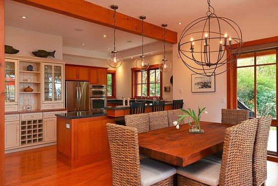 Garden Bay, Kanada: Three-bedroom villa kitchen.