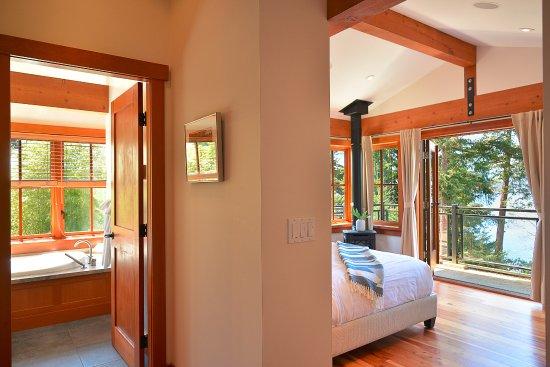 Garden Bay, Kanada: Three-bedroom villa bedroom and bathroom