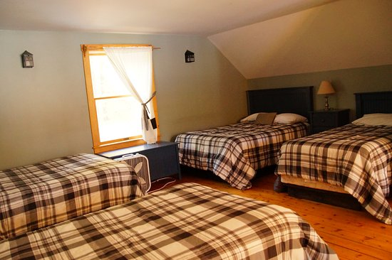 Maine Lakeside Cabins : Loft bedroom