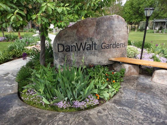 DanWalt Gardens: Entrance into the gardens.