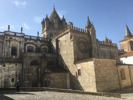 Pousada Convento de Évora: Church next to Pousada