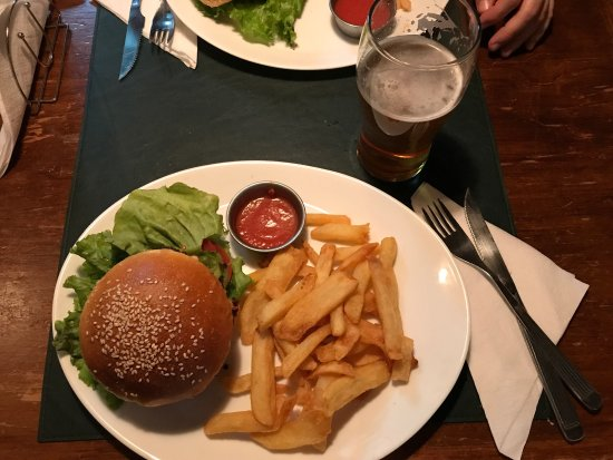 Cervecería Manush: Buenísima la cena en Manush. Una hamburguesa clásica y una súper veggie, sumada a dos happy hour