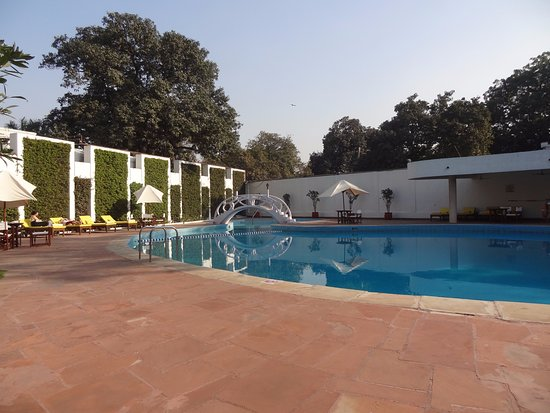 Maidens Hotel: The swimming pool with poolisde bar.