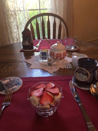 Alpine Haus Bed and Breakfast Inn: Breakfast and bedroom at Alpine Haus B&B!