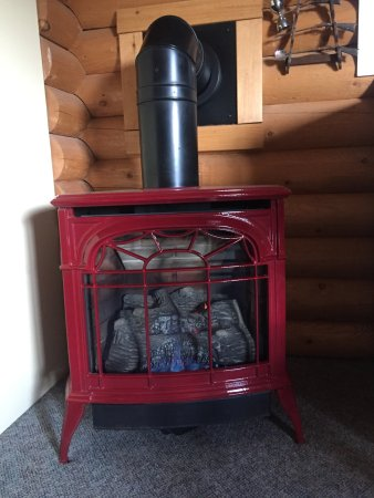 Bridge Lake, Canada: Rach cabin has a vermont cast stove