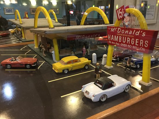 Дес-Плейнс, Илинойс: Relics of the first of Kroc's McDonalds locations inside the new location on the original spot.