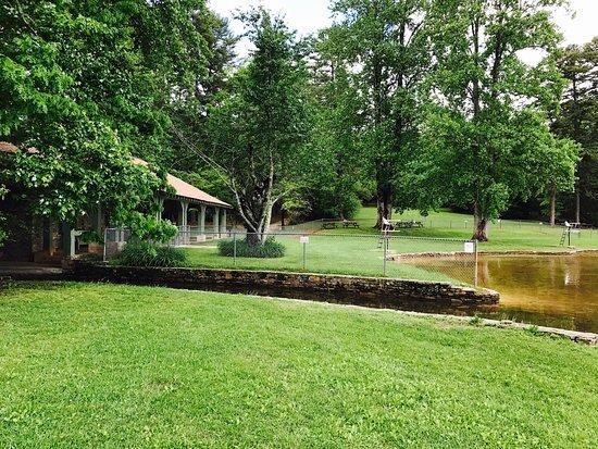 Mountain Rest, SC: Cabin lake & bath house