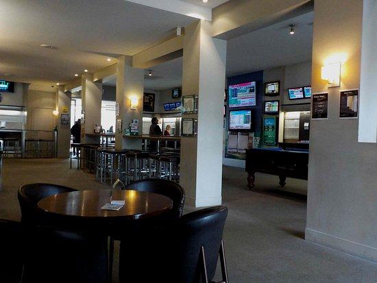 Essendon North, Austrália: View towards sports TVs and betting