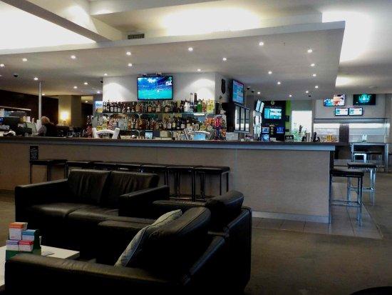 Essendon North, Austrália: Bistro looking towards the bar