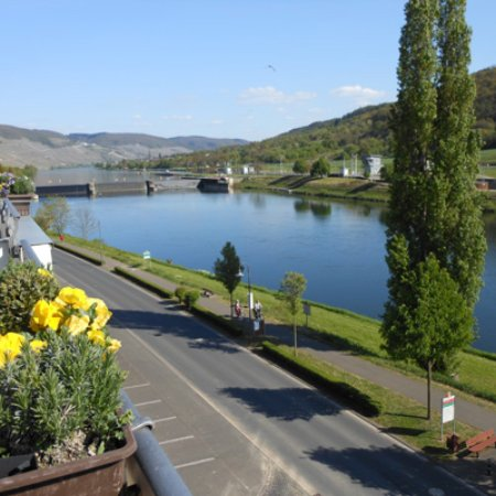Zeltingen-Rachtig, Tyskland: The view of the Moselle & lock from our balcony