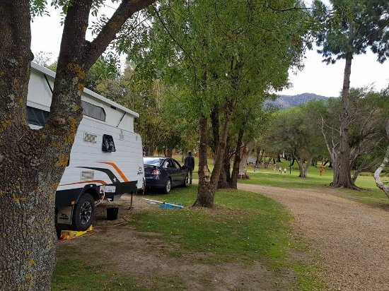 Halls Gap Lakeside Tourist Park: lovely grassed sites