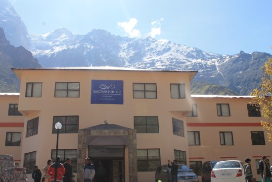 Sarovar Portico Badrinath: Front view of hotel with awesome backdrop