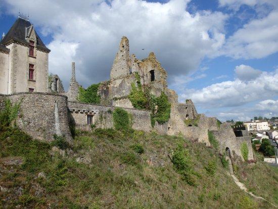 Chteau De Bressuire Les Ruines Des Murailles