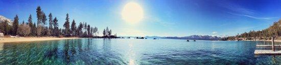 Lake Tahoe Nevada State Park: 这里真的是一个很美丽的地方,我们可以近距离接近太浩湖水,可以看到大片的湖面,湖水平静而美丽,还有沙滩和木栈,是个拍照的好地方,也非常适合带着孩子一起在这里玩,因为没有危险性。