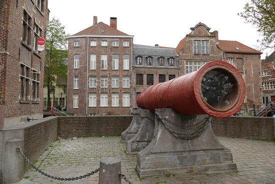 Ghent Friday Market: Great Cannon by the side of the Market Square