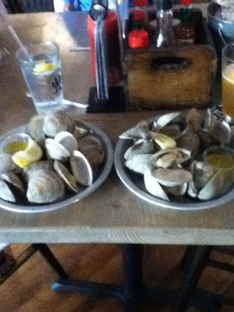 Salisbury, Carolina del Nord: Two dozen steamed clams, perfectly cooked.