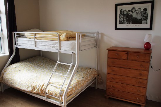 Miltown Malbay, Ireland: Family room for 5 with triple bunk bed