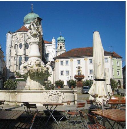 Neue bischöfliche Residenz: The gleaming white architecture and fountain