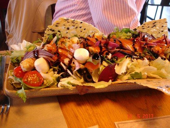 Alfafar, Spanien: Chicken and mozzarella salad