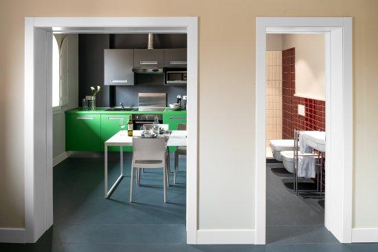 Cucina e bagno viste dal living - Picture of Almarossa, Bologna ...