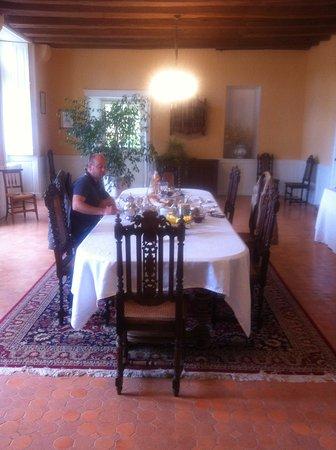 Esvres, France: salle pour les petits dejeuners (tout fait maison)