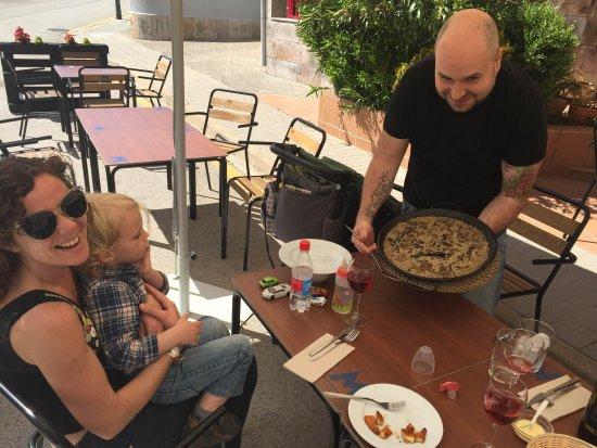 Sant Feliu de Pallerols, İspanya: Delicioso arroz con setas sentados a la fresca en la terraza en un entorno natural precioso!