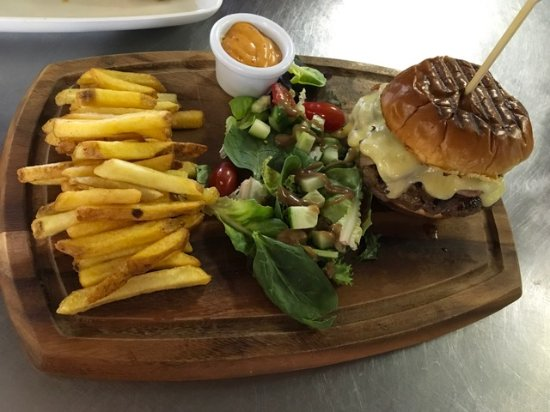 Princetown, UK: Bacon and Cheeseburger. 6oz homemade burgers!