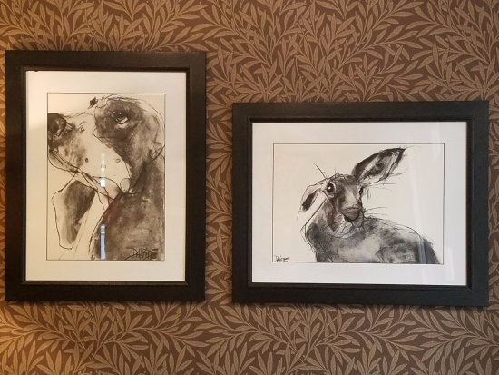 The Hare and Hounds Hotel: Lots of whimsical statuary and pictures.