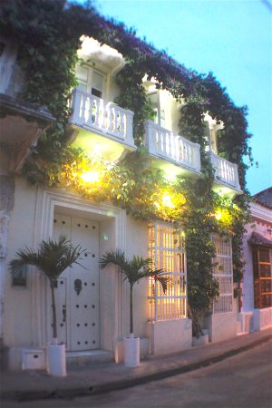 Hotel Casa Lola: fachada nocturna