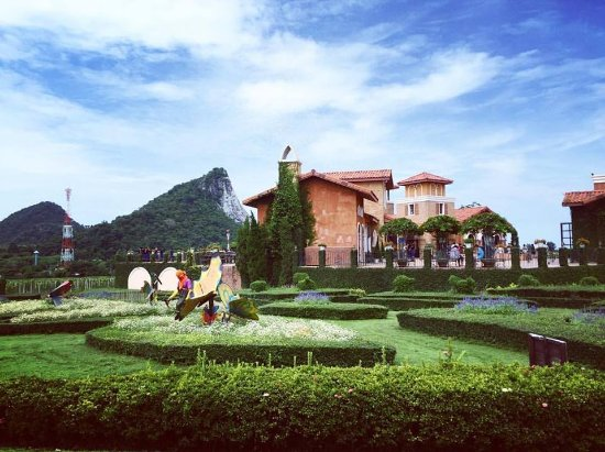 Na Chom Thian, Thailand: Salah satu pemandangan yang dapat dinikmati dan kita pun dapat melihat pegawai disana sedang bek
