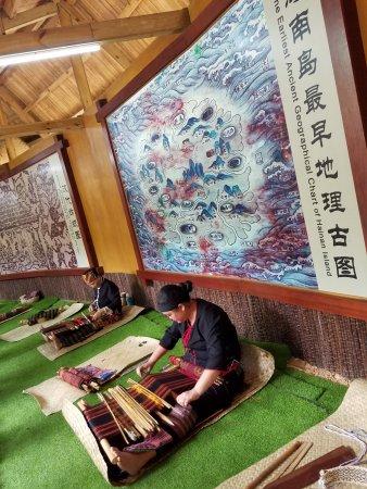 Baoting County, China: 織物の実演を行っていました。