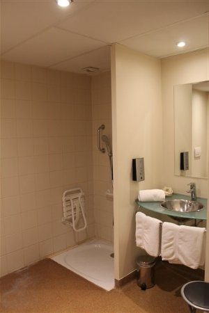 Equipement salle de bains picture of l 39 hotel chartres for Equipement hotel