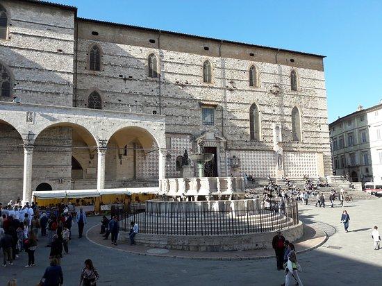 Piazza iv novembre photo de piazza iv novembre perugia for Arredare milano piazza iv novembre